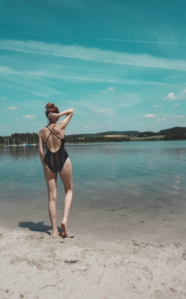 redheadventurer-liza-laboheme-blog-travel-brückelsee-germany-lake-water-beach-swimsuit
