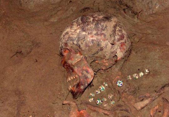 Esqueleto de Siberia con collar egipcio