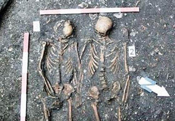 esqueletos tomados de la mano