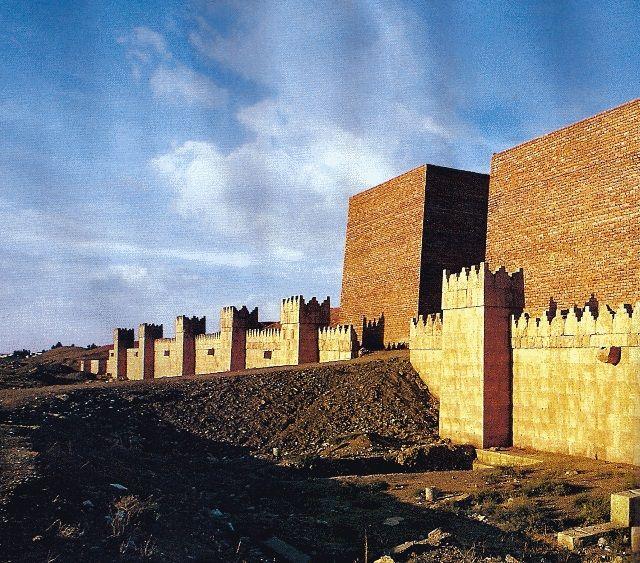 EI amenaza con destruir las murallas de Nínive, capital del Imperio Asirio.