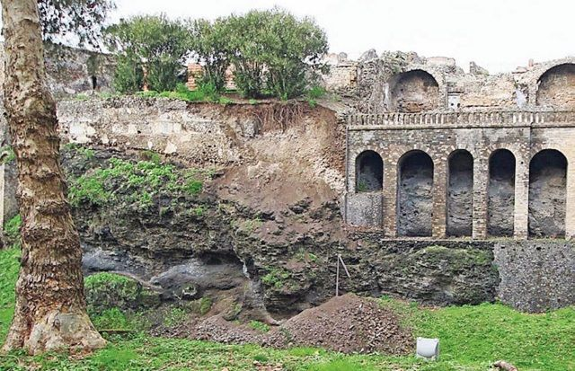 Las fuertes lluvias provocaron el derrumbe de una pared en Pompeya
