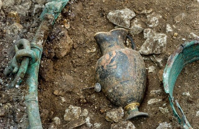 Jarra de vino griega decorada hallado dentro de la caldera de bronce. Crédito imagen: © Denis Gliksman / Inrap