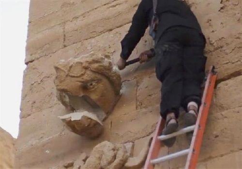 Militantes del Estado Islámico destruyen las estatuas de la ciudad de Hatra, en Irak.