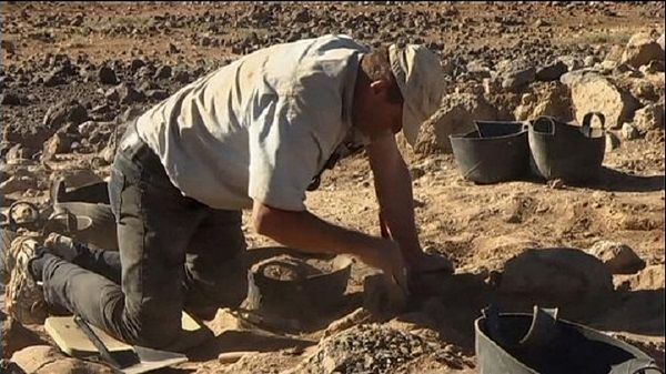 El arqueólogo Tobias Richter trabajando en el Desierto Negro de Jordania. Crédito: Universidad de Copenhague.