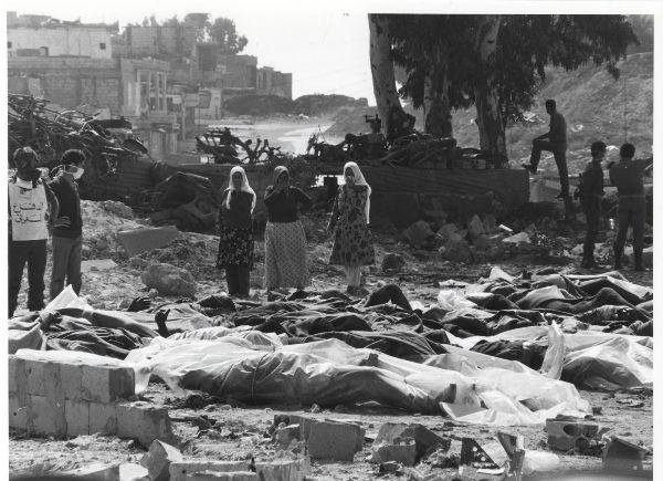 Cadáveres de palestinos amontonados tras la masacre