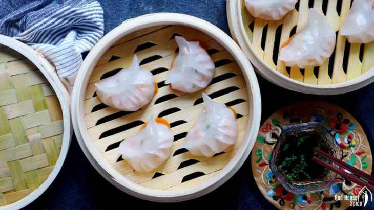 Juicy filling wrapped by a translucent skin, Har Gow (prawn dumplings) is a pleasure both on your palate and to your eyes. Read my detailed recipe to learn how to make it perfectly.