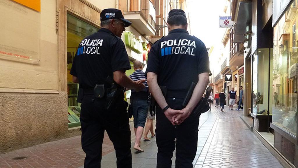 Policía encuentra un sobre con una gran suma de dinero ¡y su reacción te dejará helado!