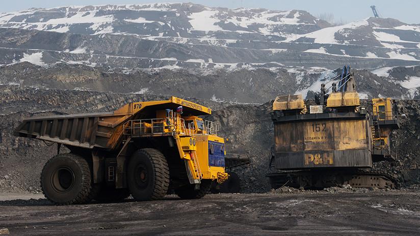 Una mujer conduce un enorme camión minero y aplasta por accidente a un vehículo cisterna (FOTO)