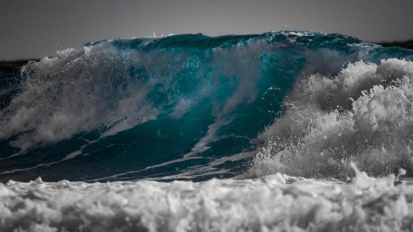FUERTE VIDEO: Una enorme ola arrastra a un turista, que muere succionado por el mar