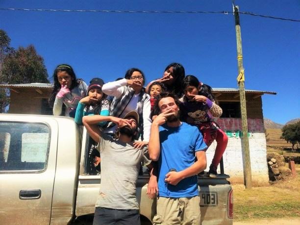 Au Pérou, Elliot et Hervé sont accueillis et réconfortés par les Vargas.