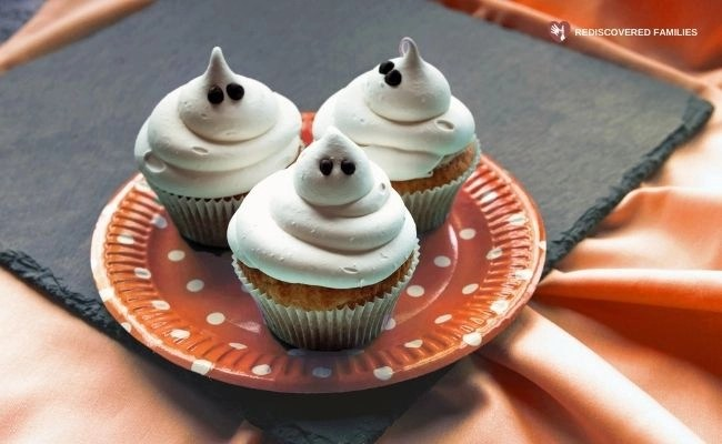 Easy Ghost Cupcakes To Make With Your Kids Right Now