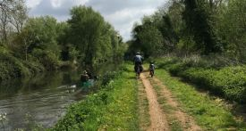 bike ride kids berkshire, family friendly bike ride berkshire, cycling with kids berkshire, flat cycling along kennet and avon canal with kids, thatcham to theale on bikes