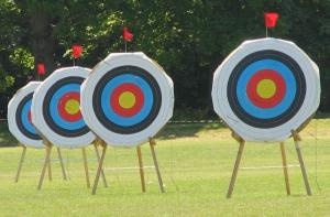 https://upload.wikimedia.org/wikipedia/commons/2/29/Archery_targets_at_Reading_University%2C_England-22May2010.jpg