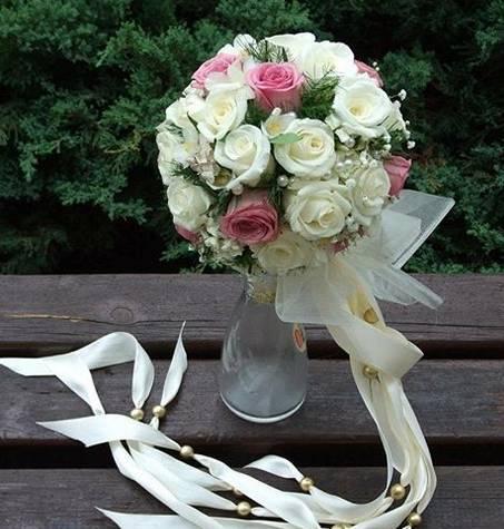 Bidermajer lopta od belih ruža sa roze detaljima 80eur