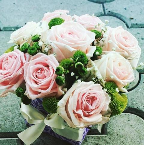 Kutija od nežnih roze ruža sa santini margareticama