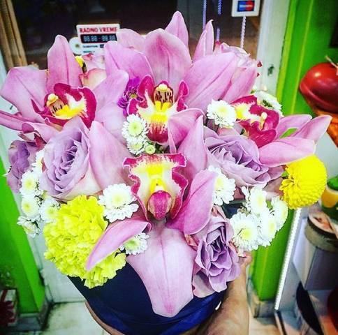 Crna kutija sa ružičastim orhidejama i žutim detaljima