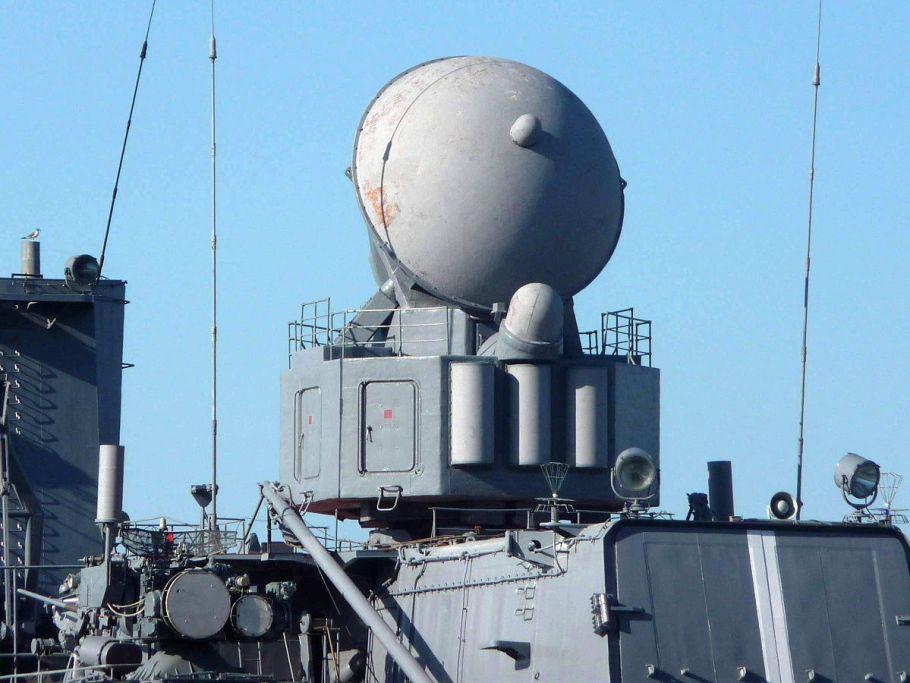 1200px-РЛС_3Р41_«Волна»_на_ракетном_крейсере_«Варяг»,_Владивосток,_2011-07-05
