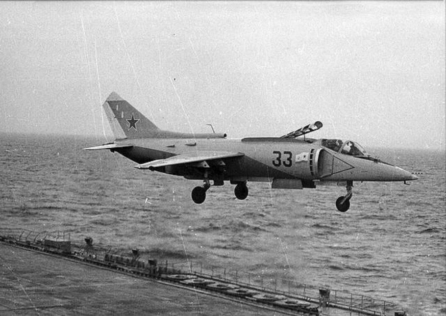 YAK-38 33 GRIS AIRE PORTAVIONES