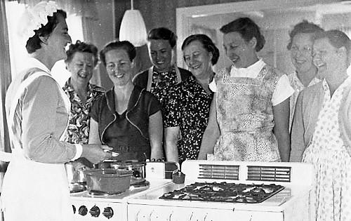 Färska konsulenten Östlund har kurs på kringresande pråmen Marta i Åstol 1958. Klicka till källan.
