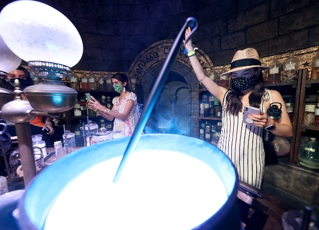 Warner Bros.: Studio tour expands with Friends and DC