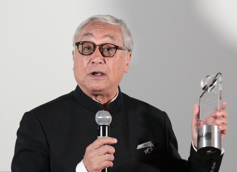 Kenneth Tsang accepts lifetime achievement award