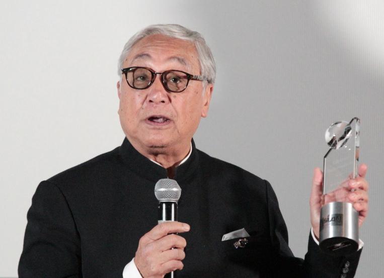 Kenneth Tsang accepts lifetime achievement award