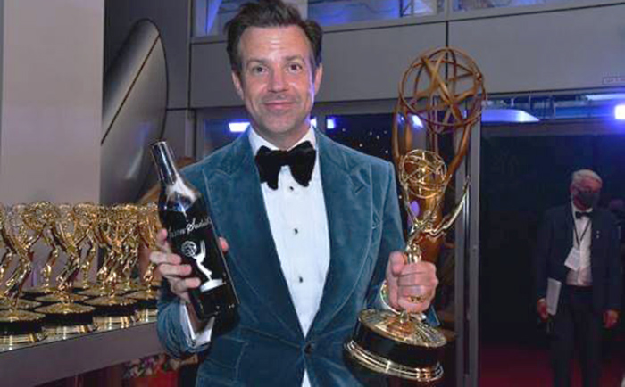 Jason Sudeikis gives a shout out to Chicago in Emmy acceptance speech