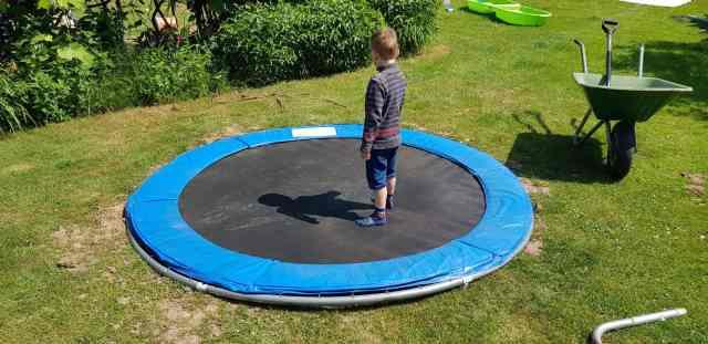 Bodentrampolin eingragebn trampolin einbuddeln erdtrampolin