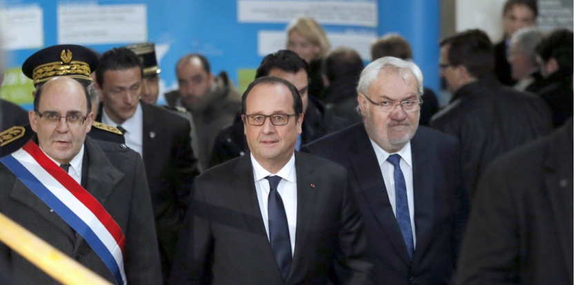 Avant de se rendre sur le site de Florange, François Hollande a inauguré un centre de recherche dans la ville voisine d'Uckange. (PATRICK KOVARIK/AFP)