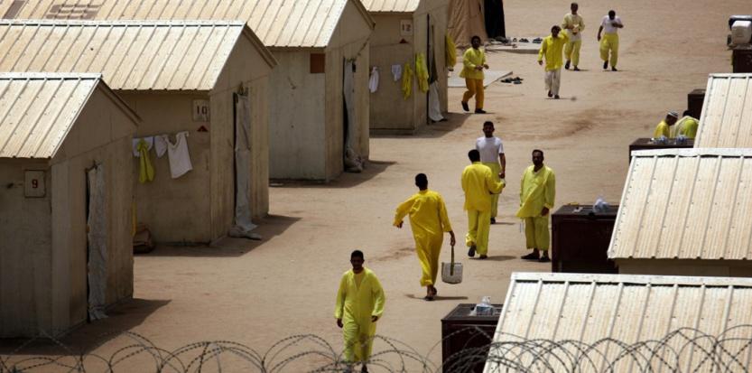 Des prisonniers dans le camp irakien de Bucca, le 20 avril 2008. (DAVID FURST / AFP)