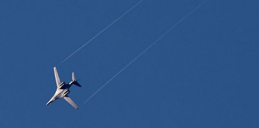 Un avion US Air Force B-1 lanceur de bombes au-dessus de la ville syrienne de Kobane.  (ARIS MESSINIS / AFP)