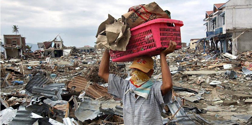 31 décembre 2004 : un Indonésien transporte ce qu'il reste de son magasin à Banda Aceh, six jours après le tsunami.  (AFP PHOTO/CHOO YOUN-KONG)