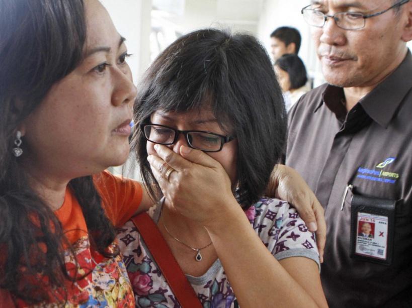 Air Asia disparu : la détresse des proches des passagers