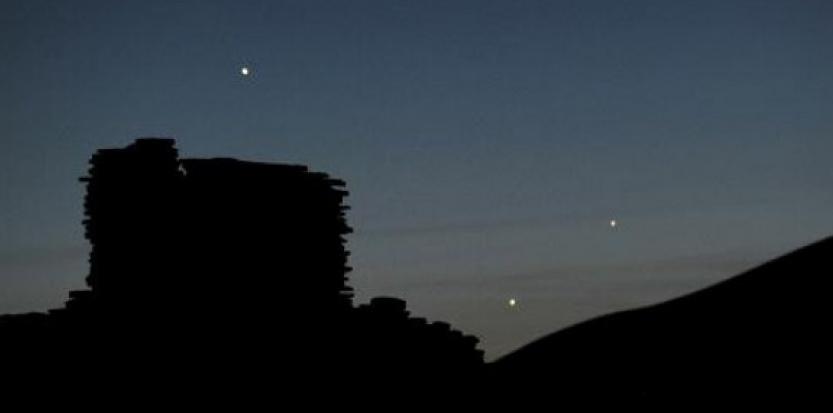 Les planètes Jupiter (g), Vénus (c) et Mercure (d) sont visibles au dessus des ruines du village de Wupatki, en Arizona, le 24 mai 2013. (c) Afp