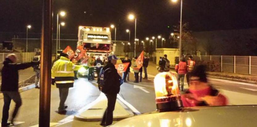 En banlieue lyonnaise, une centaines de personnes bloquaient dimanche soir l'accès aux transporteurs du marché de gros de Corbas. Captured'écran(@Gwen_WB/Twitter)