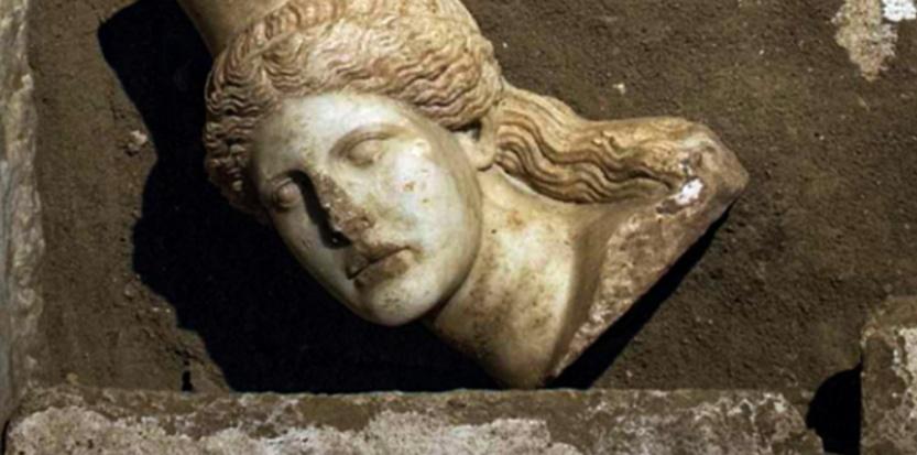 Un cliché diffusé en octobre 2014 avec une tête de sphinge découverte à Amphipolis. ©Ministère de la culture grec / AFP