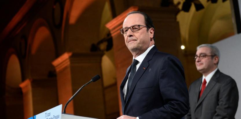 François Hollande lors de son discours devant l'AFP, à l'occasion des 70 ans de l'agence, avec le président de l'AFP Emmanuel Hoog, lundi 19 janvier (STEPHANE DE SAKUTIN / POOL / AFP)