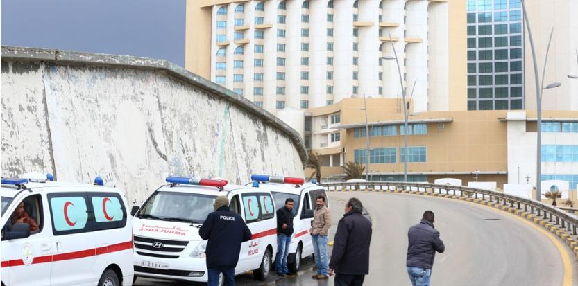 Devant l'hôtel Corinthia de Tripoli en Libye après un attentat qui a fait 9 morts le 27 janvier 2015.  (AFP/MAHMUD)