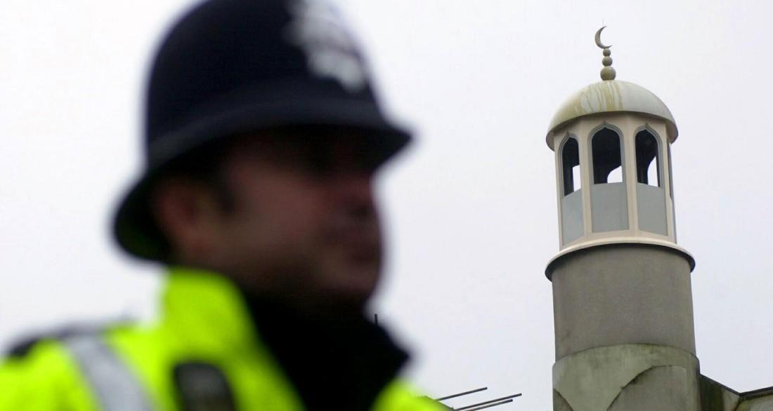 Un policier devant la mosquée de Finsbury Park, symbole des réseaux islamistes londoniens à la fin des années 1990. (NICOLAS ASFOURI / AFP)