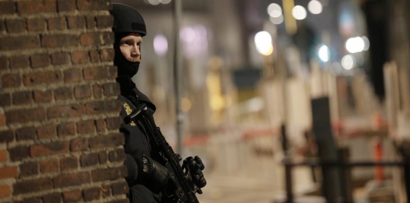 Un policier aux abords de la synagogue MARTIN SYLVEST / SCANPIX DENMARK / AFP