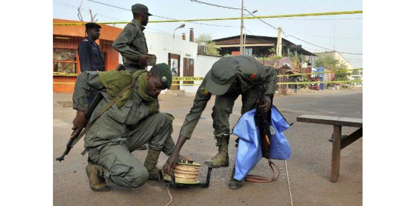 """Des policiers se tiennent aux abords du restaurant """"La Terrasse"""" à Bamako, le 7 mars 2015 au lendemain d'une attaque terroriste qui a coûté la vie à trois Maliens et à deux Européens  (c) Afp"""