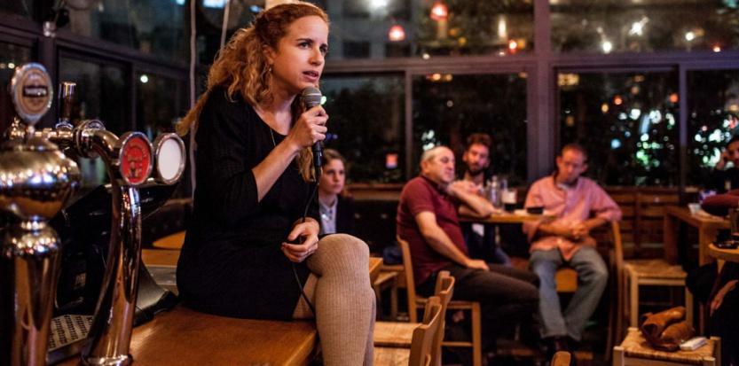 La candidate à la Knesset Stav Shaffir s'adresse à une trentaine de personne dans un bar de Herzliya, dans la banlieue de Tel Aviv, le 8 mars 2015. (Sébastien Leban)
