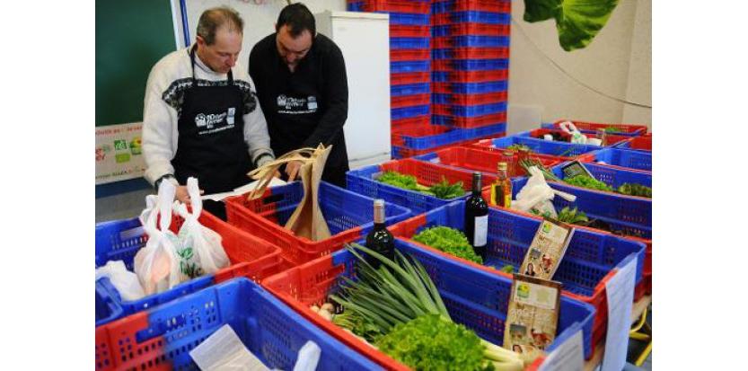 """Des producteurs bio préparent le 27 mars 2015 à Tarbes (Hautes-Pyrénées) les commandes reçues par internet, dans le cadre du premier """"drive fermier"""" de France  (c) Afp"""
