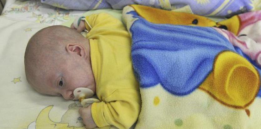 Né à 25 semaines de grossesse, le petit Kamil a failli mourir quelques jours plus tard. © AFP
