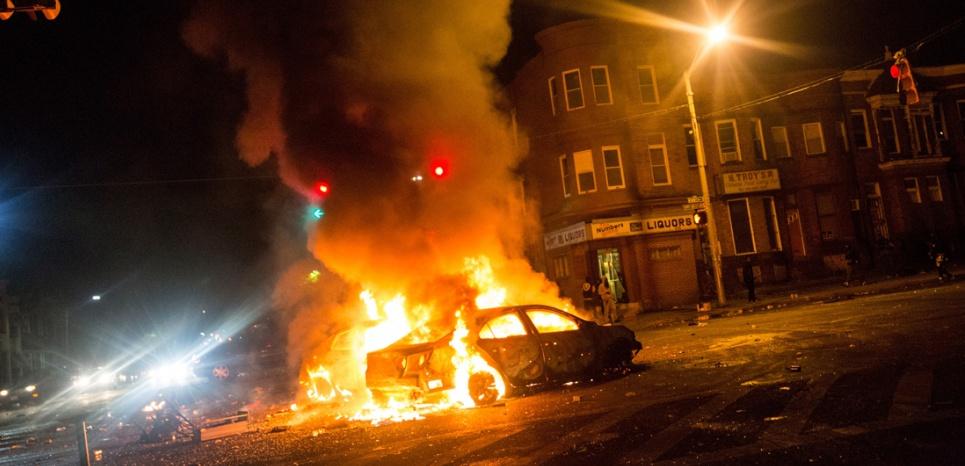 Une voiture incendiée lors des émeutes qui ont secoué la ville dans la nuit de lundi à mardi. (Andrew Burton/Getty Images/AFP)