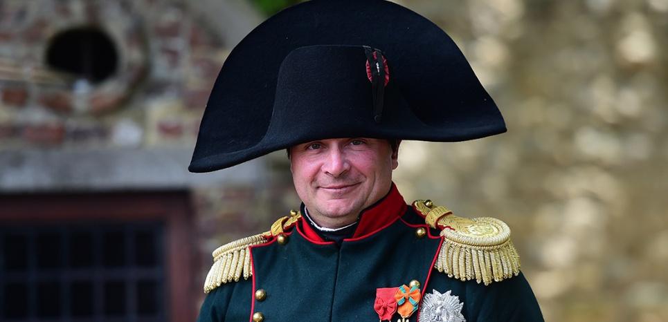 Franck Samson joue Napoléon dans la reconstitution de ce 18 juin 2015. (AFP PHOTO/Emmanuel Dunand)