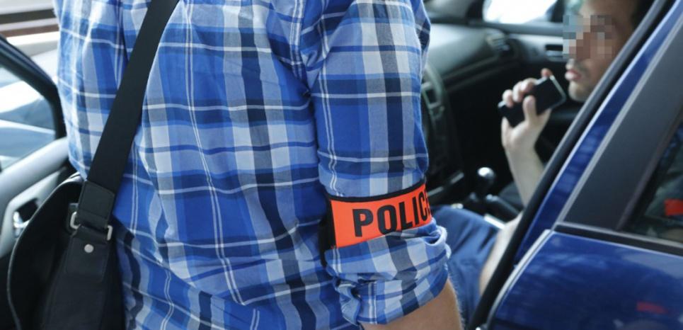 Un contrôle de police à l'aéroport Charles de Gaulle contre un chauffeur UberPop. (Eric DESSONS/JDD/SIPA)