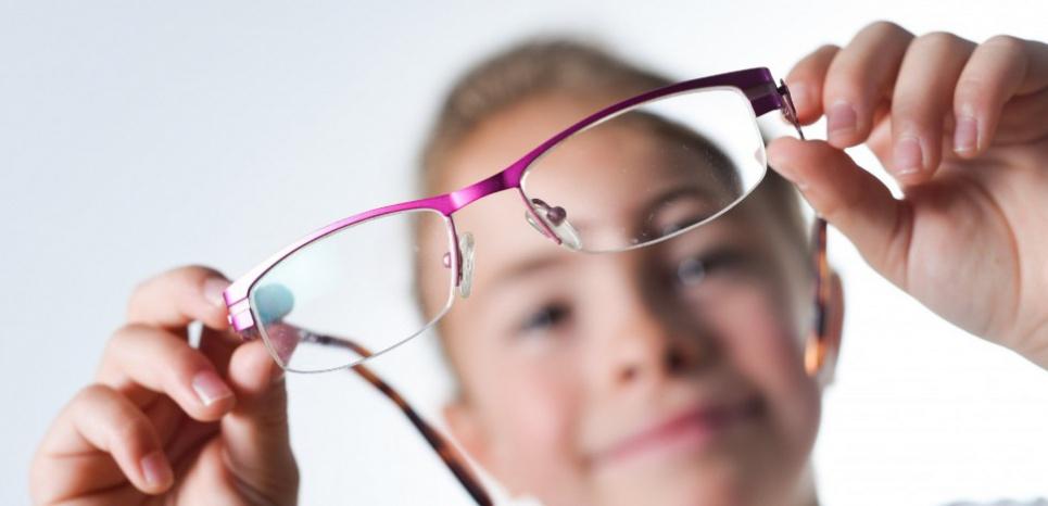 La croissance de l'œil, qui se poursuit jusqu'à l'adolescence, est régulée par la quantité de lumière naturelle que la rétine perçoit chaque jour. © ISOPIX/SIPA