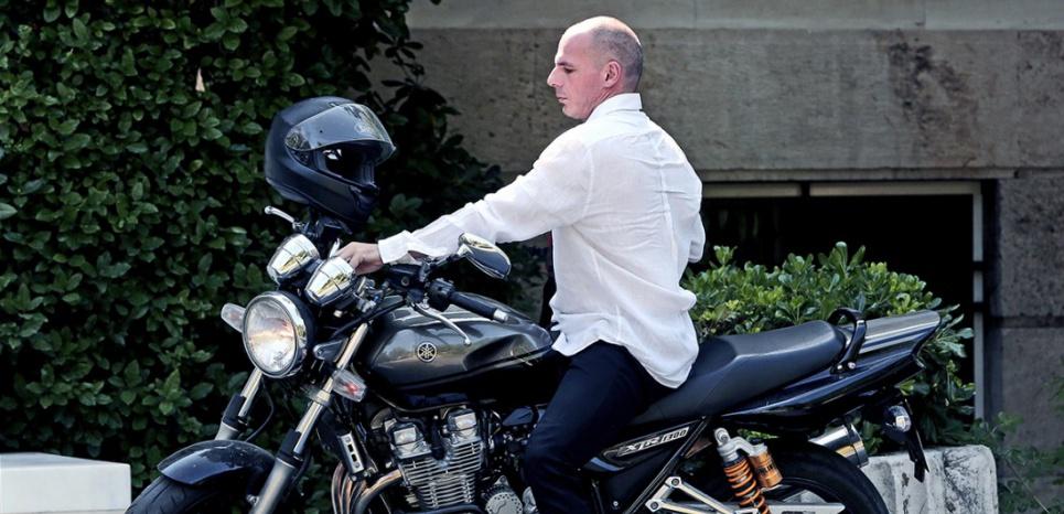 Yanis Varoufakis se rendait le 21 juin au bureau du Premier ministre Alexis Tsipras, en moto. (AFP)
