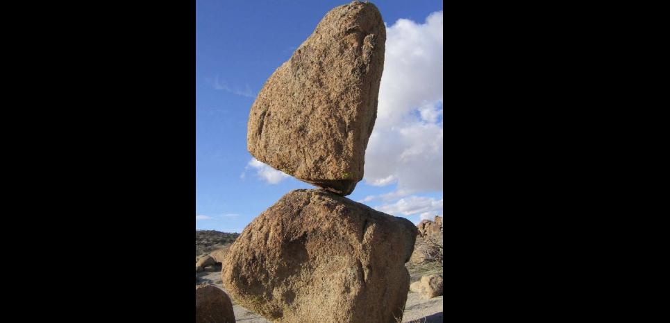 Ces roches équilibristes ont survécu à des dizaines de séismes. Nick Hinze / Nevada Bureau of Mines & Geology